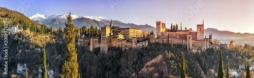 Fotografia Palace and fortress complex Alhambra with Comares Tower, Palacios Nazaries and Palace of Charles V during sunset in Granada, Andalusia, Spain