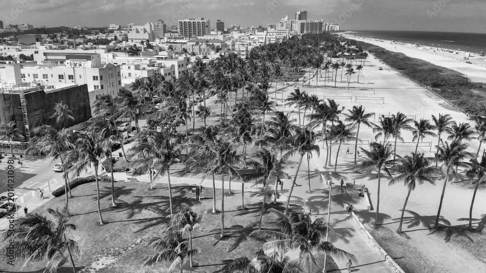 Ogólny widok z lotu ptaka Miami Beach i Ocean Drive Park w piękny dzień wiosny <span>plik: #201421098   autor: jovannig</span>