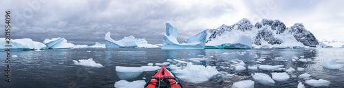 Fotografia Panoramic view of kayaking in the Iceberg Graveyard in Antarctica