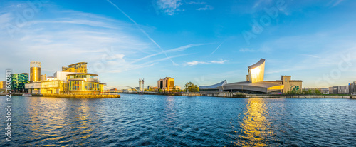 Canvas-taulu Imperial war museum North and the lowry theater in Manchesterduring sunset, Engl