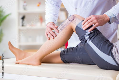 Foto Doctor checking patients joint flexibility