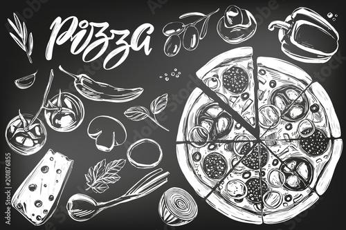 Włoska pizza, kolekcja pizzy ze składnikami, logo, ręcznie rysowane wektor ilustracja realistyczne szkic, rysowane kredą na czarnej tablicy