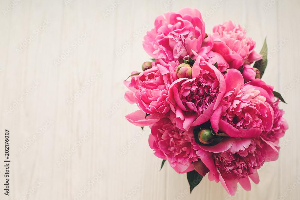 romantyczne różowe piwonie na rustykalnym białym tle drewnianych, widok z góry, miejsca na tekst. makieta kwiatowy kartkę z życzeniami, leżał płasko. koncepcja dzień matki Happy. różowe kwiaty, wiosenny obraz <span>plik: #202176007   autor: sonyachny</span>