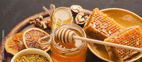 Photo Various types of honey on wooden platter, closeup