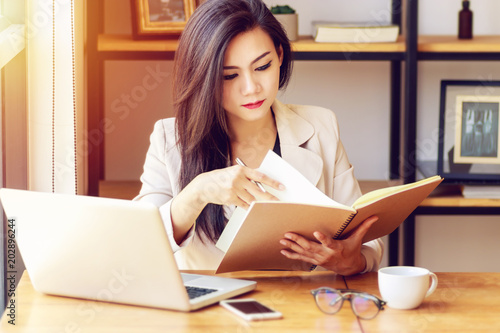 Murais de parede young Asian business woman working at workplace