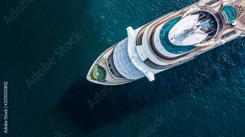Foto Aerial view beautiful large cruise ship at sea, Big blue passenger cruise ship vessel sailing across the Gulf of Thailand to Phuket beach