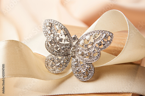 Fotografia Beautiful butterfly shaped gold diamond ring or brooch