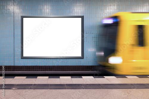 Werbetafel neutral in U-Bahnhof mit einfahrender U-Bahn