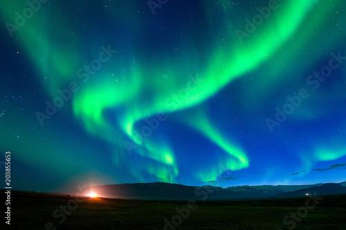 Zorza polarna (Aurora borealis) w nocy.