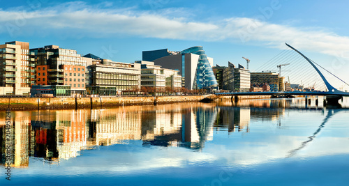 Fototapeta premium Nowoczesne budynki i biura nad rzeką Liffey w Dublinie w jasny, słoneczny dzień