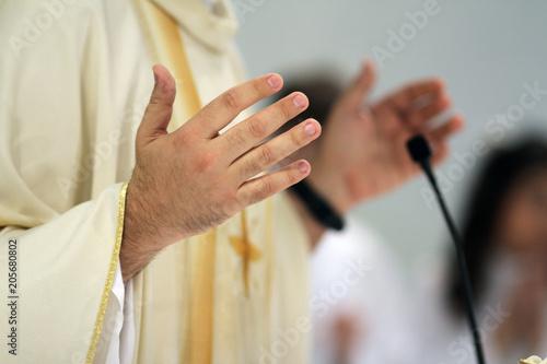 Carta da parati many of a priest during mass