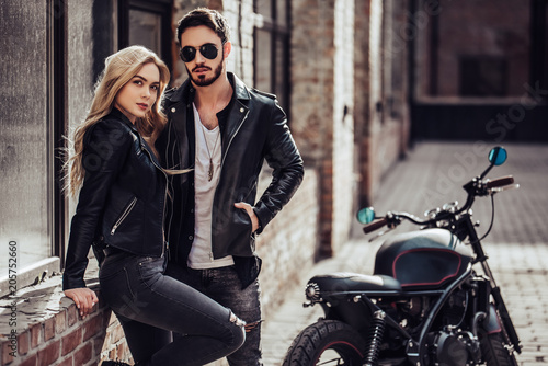 Photo Romantic couple with motorcycle
