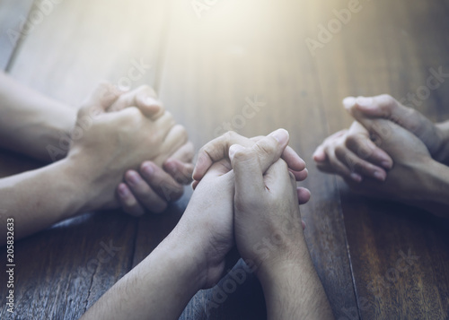 Fotografia Christian bother and sister and praying together around wooden table ,small prayer group in church, christian background with copy space for your text