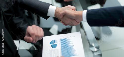 Fotografia close up. investor and businessman shaking hands