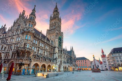 Fototapeta premium Monachium. Pejzaż miejski z placu Marien w Monachium, Niemcy podczas godziny zmierzchu niebieski.