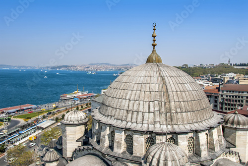 Photo Istanbul, Turkey, 25 April 2006: Sirkeci port and boatsv from Yeni Mosque Minare