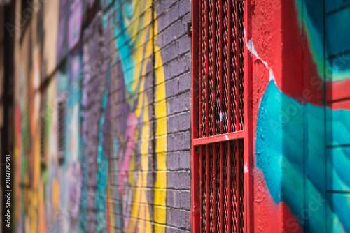 Fototapeta premium Streszczenie strzał kolorowe graffiti szczegóły na mur i brama w Johannesburgu CBD