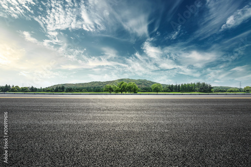 Photo Asphalt road and mountain with sky clouds landscape at sunset