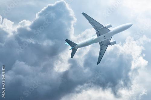 Plakat Samolot lecący po niebie