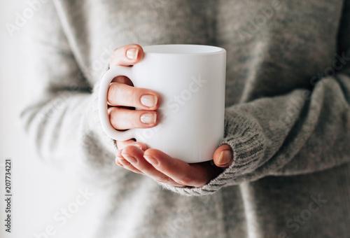 Stampa su Tela Closeup of female hands with a mug of beverage
