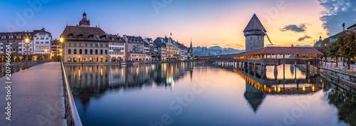 Stampa su Tela Altstadt von Luzern mit Kapellbrücke und Wasserturm, Schweiz