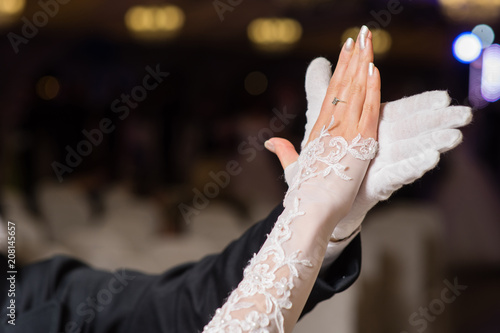 Photo Hands of dancing waltz couple