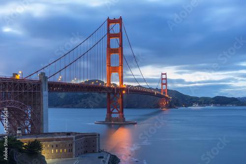 Golden Gate Bridge przy wieczór światłem, San Fransisco