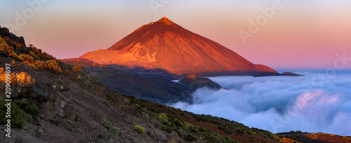 Canvas Print Teide volcano in Tenerife in the light of the rising sun..