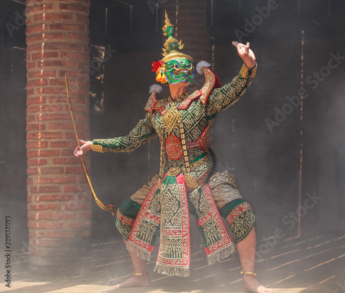 Fotografia Thotsakan (ten faces giant) in Khon or Traditional Thai Pantomime as a cultural dancing arts performance in masks dressed based on the characters in Ramakien or Ramayana Literature