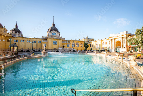 Tableau sur Toile Szechenyi outdoor thermal baths during the morning light without people in Budap
