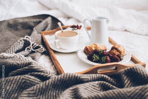 Traditional romantic breakfast in bed in white and beige bedroom Fototapet
