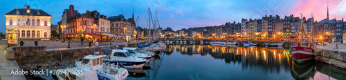 Photo Panoramic view at dusk of the beautiful Honfleur harbour, which offers many fine