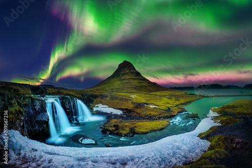 Zorza polarna, zorza polarna w Kirkjufell na Islandii. Góry Kirkjufell w zimie.