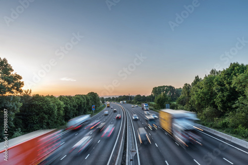 Photo Sunset view heavy traffic moving at speed on UK motorway in England