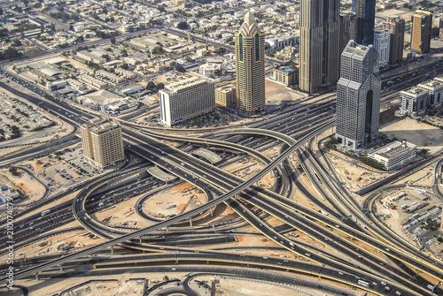 Fotomural Dubai skyline close to it's busiest highway on traffic