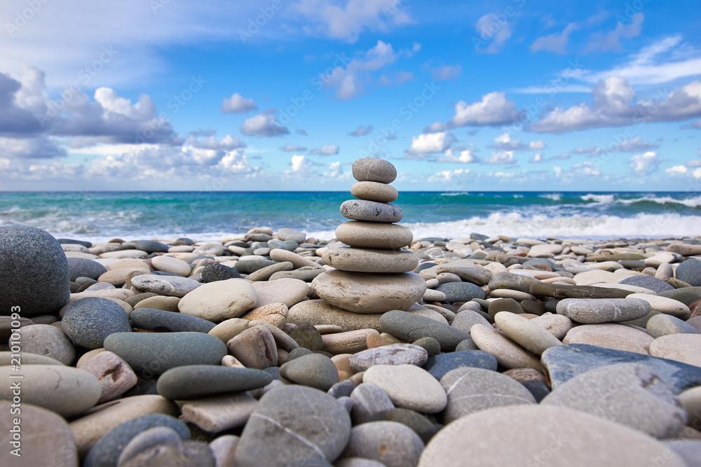 Zen piramidy na plaży żwirowej <span>plik: #210101093 | autor: Mikhail Fomin</span>