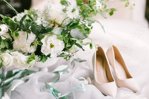 Wedding bouquet and bridal shoes on tissue Fototapete