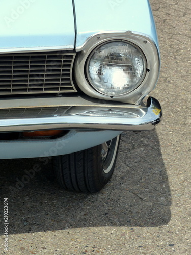 Photo Scheinwerfer und Kühlergrill eines amerikanischen Kleinwagen der Siebzigerjahre