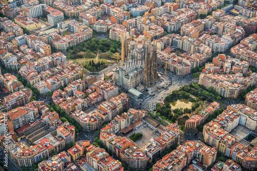 Fototapeta premium Widok z lotu ptaka Barcelony, dzielnicy mieszkalnej Eixample i bazyliki Sagrada Familia, Hiszpania