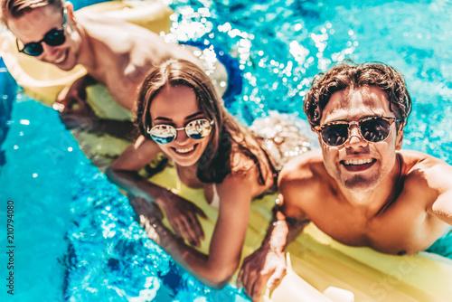 Young friends in swimming pool Tapéta, Fotótapéta