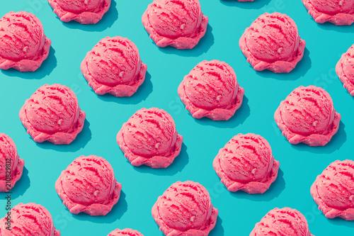 Photo Pink strawberry ice cream pattern on pastel blue background