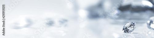 Vászonkép Diamant auf weiß mit Spiegelung vor weißem Hintergrund, mehrere Diamanten in der