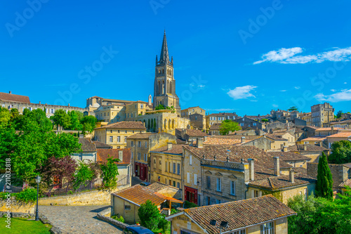 Tableau sur Toile Aerial view of French village Saint Emilion dominated by spire of the monolithic