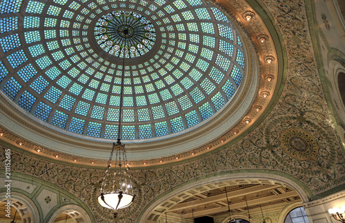 Fotografía Chicago, Illinois, USA - June 22, 2018 - View of the interior and of the dome at the Chicago Cultural Center
