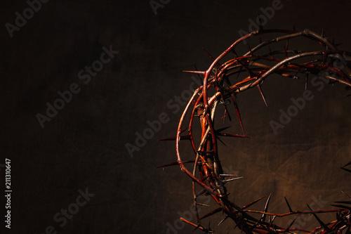 Carta da parati Crown of thorns illuminated on a dark background