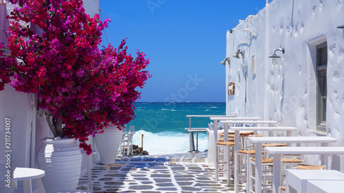 Fotografía Photo of beautiful bougainvillea flower with awsome colors in picturesque Greek