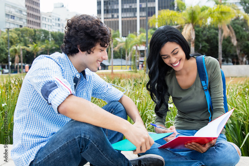Foto Junger Student lernt mit Austauschstudentin