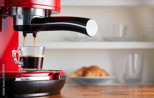 Fotografía Making espresso in glass transparent coffee cup.