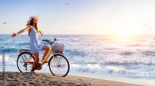 Dziewczyna Na bicyklu Na plaży - wolności i beztroski pojęcie