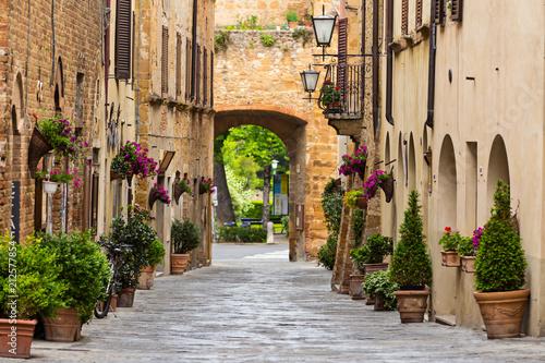 Obraz premium Piękna ulica w małej starej wiosce Pienza, Toskania.